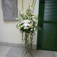 27 Állványos virágkompozíció