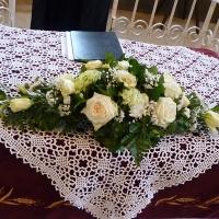 01 Templomi asztaldísz fehér virágokból