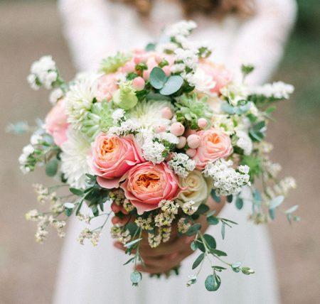 Romantikus esküvői lazac színű angol rózsával, eukaliptusszal, apró kövirózsával, sóvirággal, menyasszonyi csokrok