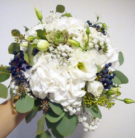 Fehér menyasszonyi csokor kék bogyókkal, hortenziával kövirózsával, rezgővel, menyasszonyi csokrok
