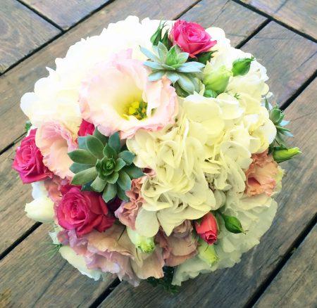 Vidám színes menyasszonyi csokor kövirózsával, pink rózsával hortenziával