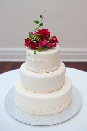 esküvői torta piros virággal