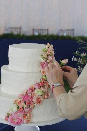 esküvői torta rózsa fejekkel