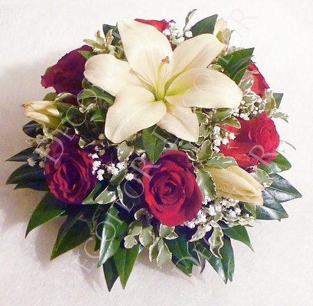 Kerek asztaldísz nemzeti színű virágokkal