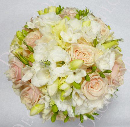 Menyasszonyi csokor porcelán rózsaszín rózsával, fréziával és liziantusszal