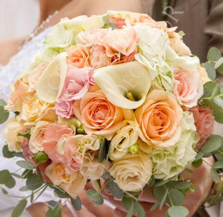 Esküvői csokor púder színekben rózsa kála és liziantusz virágokból